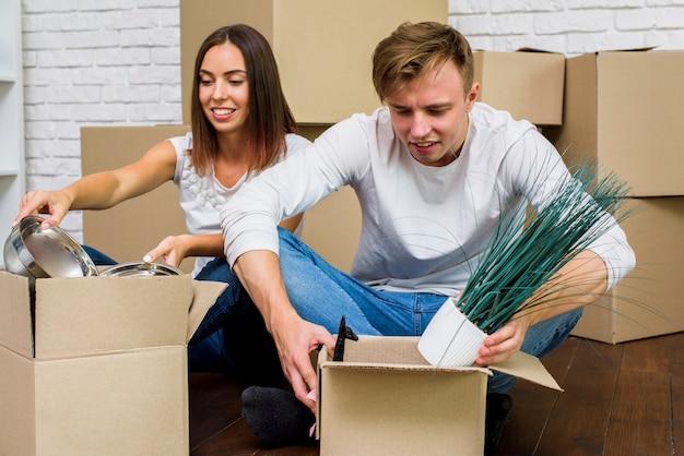 Para pakuje swoje rzeczy w pudełka Darmowe Zdjęcia