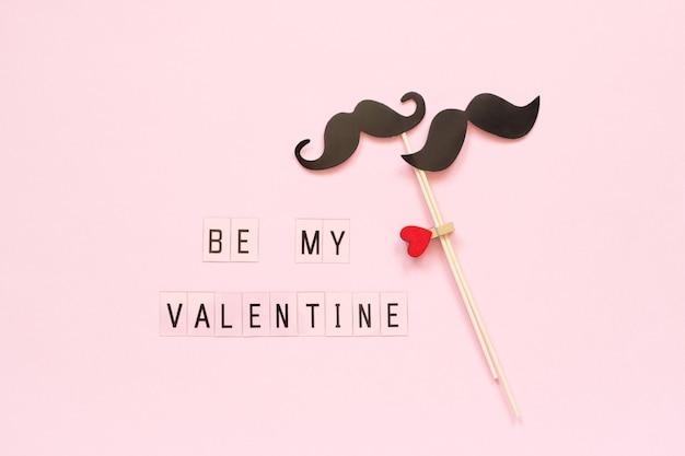 Para Papierowych Rekwizytów Wąsów Na Patyku I Tekście Bądź Moją Walentynką Na Różowo Premium Zdjęcia