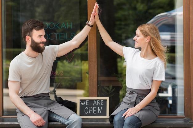Para Ponownie Otwiera Mały Biznes Darmowe Zdjęcia