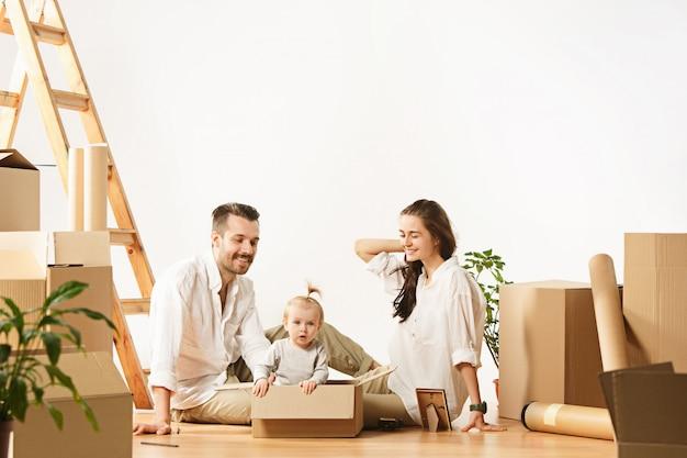 Para Przenosi Się Do Nowego Domu - Szczęśliwi Małżonkowie Kupują Nowe Mieszkanie, Aby Razem Zacząć Nowe życie Darmowe Zdjęcia