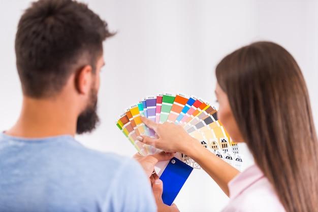 Para przygotowuje się do naprawy w nowym domu. Premium Zdjęcia
