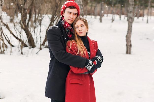 Para Przytulanie W śnieżny Dzień Darmowe Zdjęcia