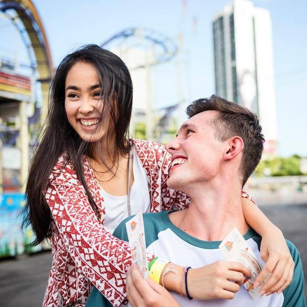 Para randki wesołe miasteczko wesołe miasteczko wesołe zabawy koncepcji Premium Zdjęcia