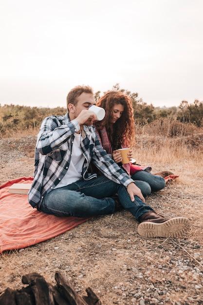 Para relaks na świeżym powietrzu obok ogniska Darmowe Zdjęcia