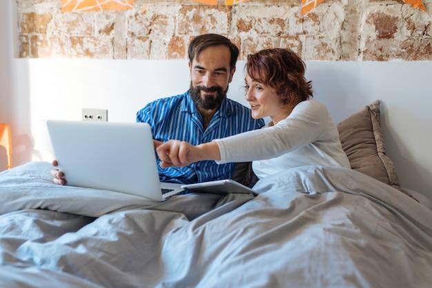 Para Relaksował W Domu W łóżku Na Pastylce I Komputerze Premium Zdjęcia
