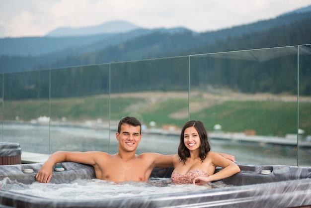 Para relaksujący korzystających z jacuzzi wanna z hydromasażem Premium Zdjęcia