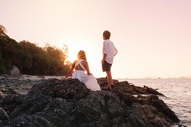 Para Relaksujący Piękny Zmierzch Na Koh Lipe Plaży Tajlandia Premium Zdjęcia