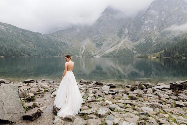 Para Romantyczny ślub Zakochany Stojący Nad Jeziorem Sea Eye W Polsce. Tatry Darmowe Zdjęcia