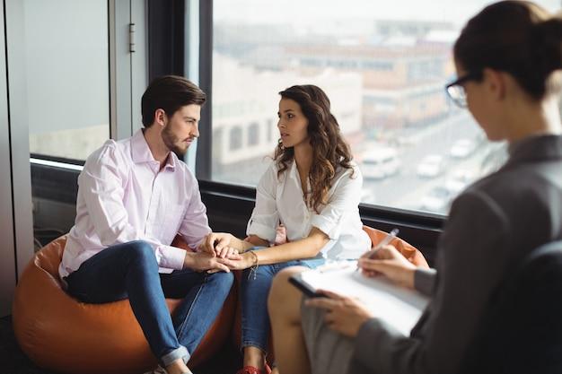 Para Rozmawia Z Doradcą Małżeńskim Premium Zdjęcia