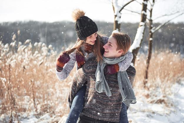 Para Się Bawi I śmieje. Para Młoda Hipster Przytulanie Siebie W Winter Park. Darmowe Zdjęcia