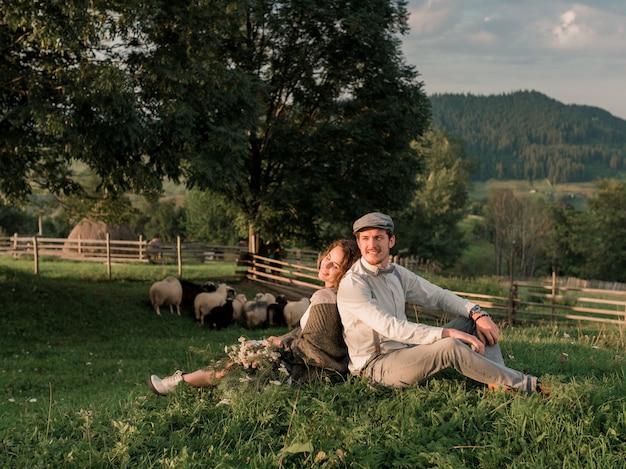 Para ślub, Pan Młody I Panna Młoda Pozuje W Wiejskim Gospodarstwie Rolnym Premium Zdjęcia