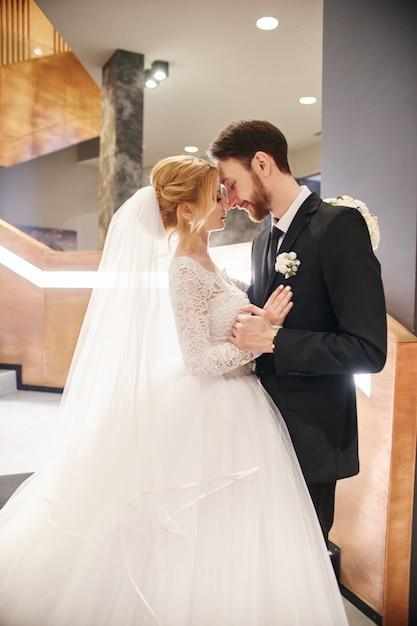 Para ślub przytulanie i całowanie, pierwszy dzień życia razem. Premium Zdjęcia