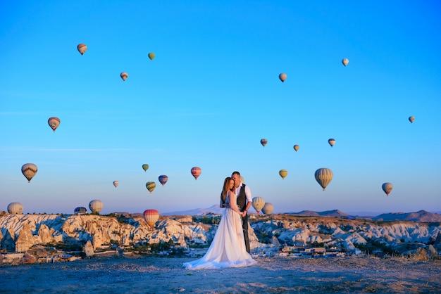 Para ślub Sesja W Turcji Kapadocji Z Balonów Na Ogrzane Powietrze Premium Zdjęcia
