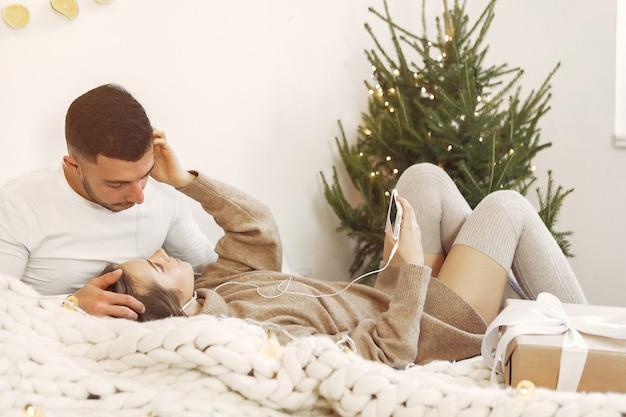 Para Spędza Czas W Domu Przy świątecznych Dekoracjach Darmowe Zdjęcia