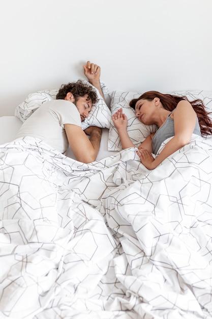 Para śpi widok z góry Darmowe Zdjęcia