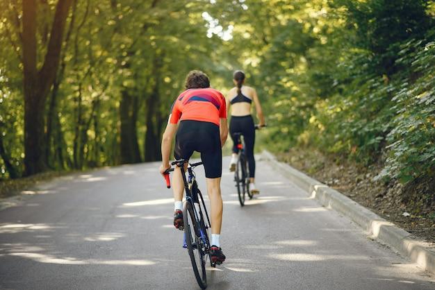 Para Sportowa Na Rowerach W Letnim Lesie Darmowe Zdjęcia