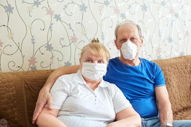 Para Starszych W Maskach Medycznych, Tryb Samowyizolacji Dla Osób Starszych Podczas Epidemii Premium Zdjęcia