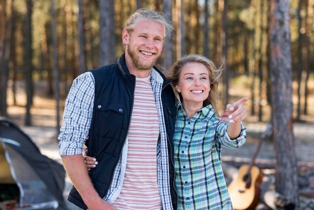 Para Stojąca Przed Namiotem Darmowe Zdjęcia