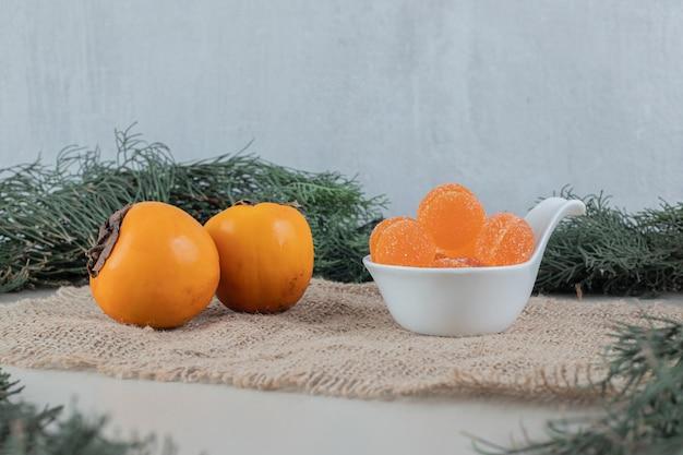 Para świeżych Persimmonów Z Pomarańczowymi Marmoladami. Darmowe Zdjęcia