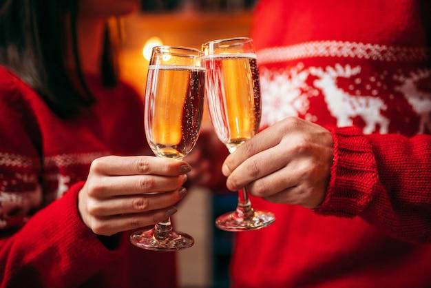 Para Trzyma Okulary Z Szampanem, Boże Narodzenie Premium Zdjęcia