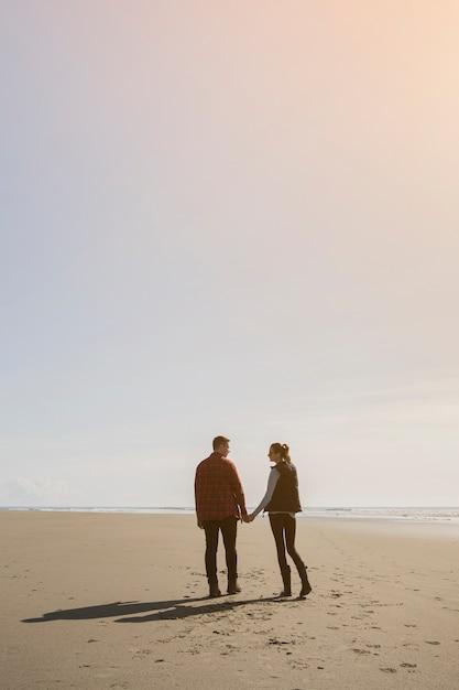 Para trzymając się za ręce na beack Darmowe Zdjęcia