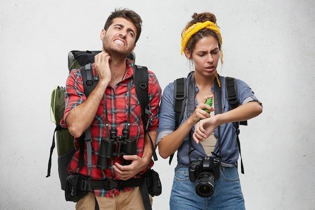 Para Ubrana Niedbale Pozowanie Darmowe Zdjęcia