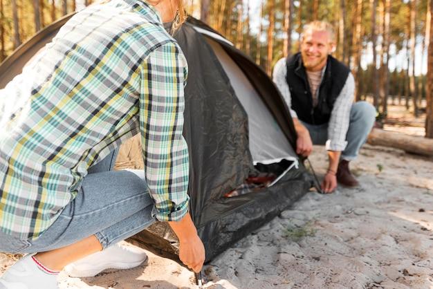 Para Urządzająca Namiot Na łonie Natury Premium Zdjęcia