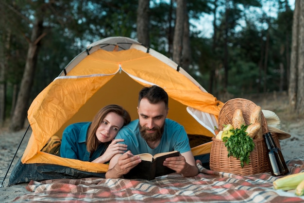 Para ustanawiające i czytające Darmowe Zdjęcia