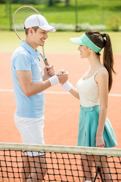 Para uzgadniania na korcie tenisowym po meczu. Premium Zdjęcia