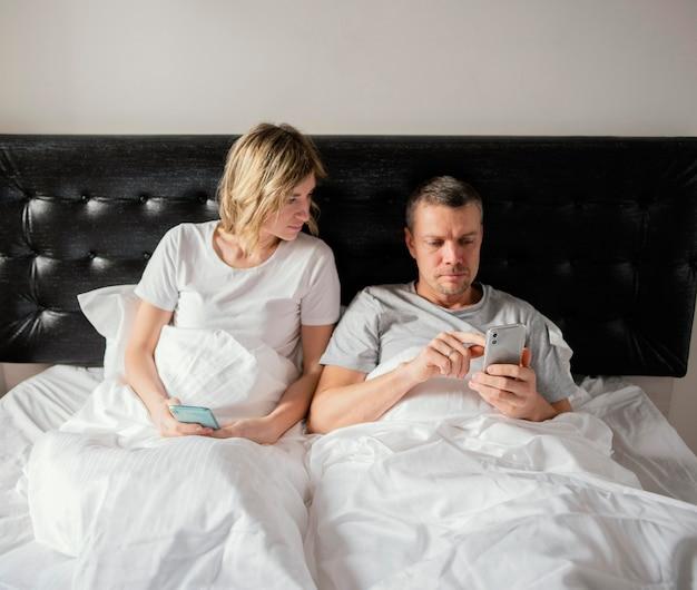 Para W łóżku Za Pomocą Telefonów Komórkowych Darmowe Zdjęcia