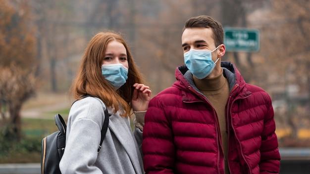 Para W Mieście W Maskach Medycznych Darmowe Zdjęcia