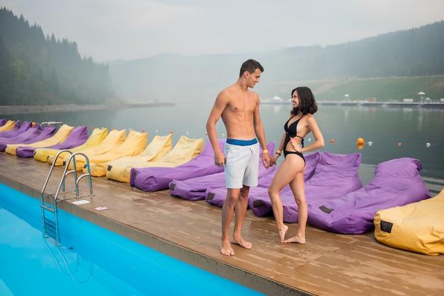 Para w pobliżu basenu Premium Zdjęcia