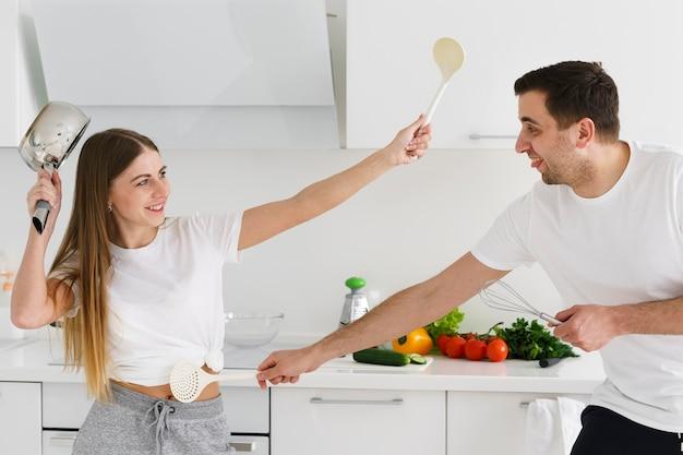Para Walczy Z Narzędziami Kuchennymi Darmowe Zdjęcia