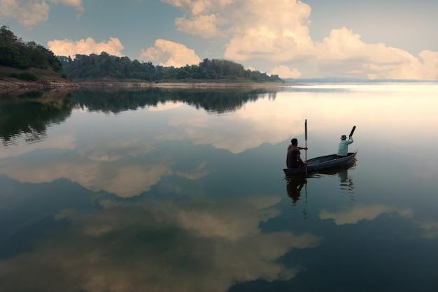 Para Wędkarza Połowów Na Jeziorze Z Błękitne Niebo - Obraz Premium Zdjęcia