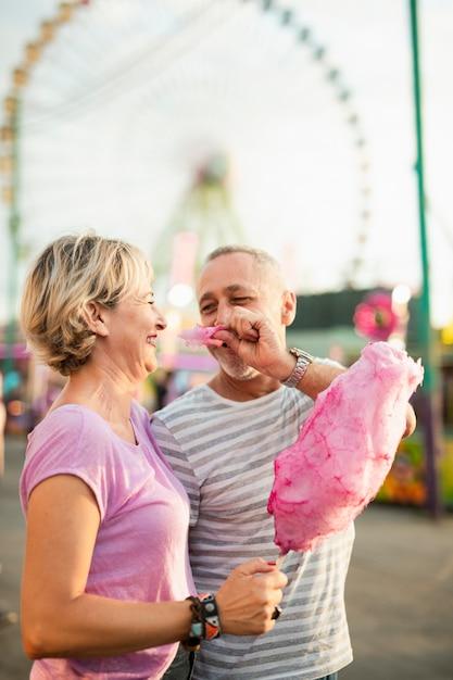 Para widok z boku z różową watą cukrową Darmowe Zdjęcia