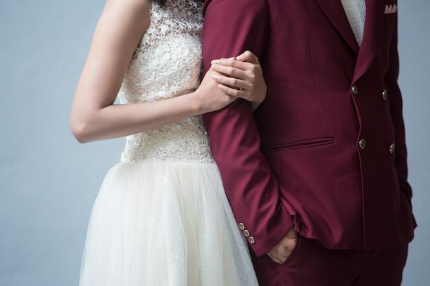 Para Zakochanych I Szczęśliwy Na Szarym Tle Premium Zdjęcia