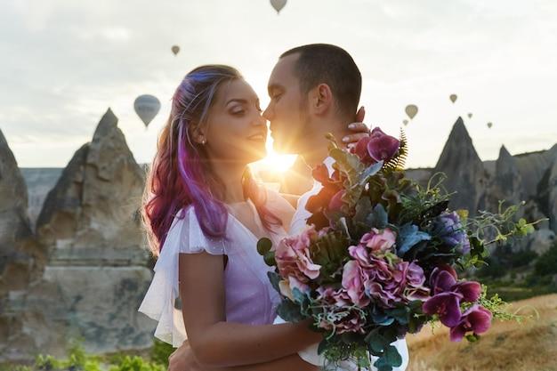Para Zakochanych Na Krajobraz Z Balonami Premium Zdjęcia