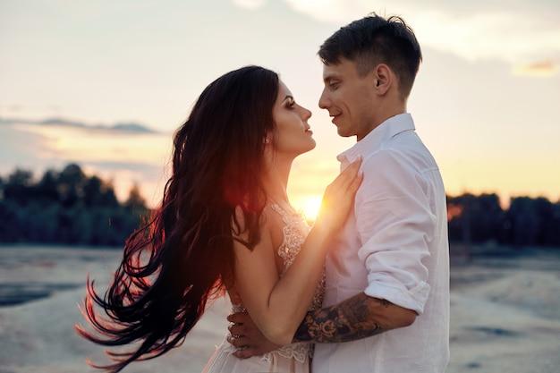 Para Zakochanych ściska Pocałunki Szczęśliwe życie Promienie Słońca Premium Zdjęcia