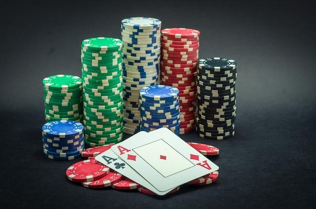 Para Zwycięzców Z Asem, żetony Do Pokera W Stosie I Para Asów Premium Zdjęcia