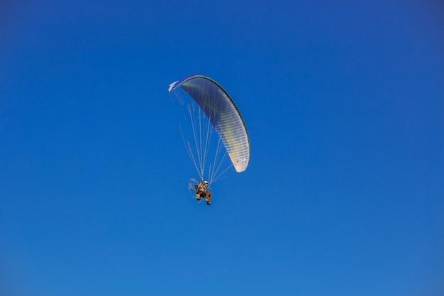 Paragliding na niebieskim niebie Premium Zdjęcia