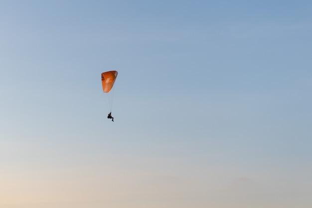 Paralotnia Latające Nad Te Brzeg O Zachodzie Słońca. Sport Paralotniowy Premium Zdjęcia