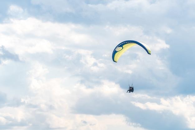 Paralotnia na niebie Premium Zdjęcia
