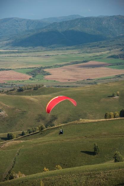 Paralotniarstwo w górach Premium Zdjęcia
