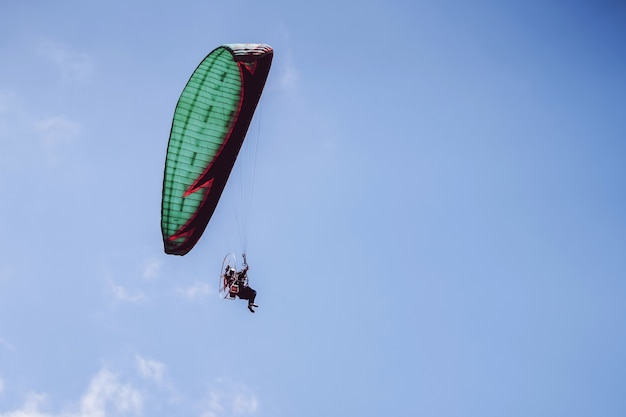 Paramotor Lecący Na Błękitne Niebo Premium Zdjęcia