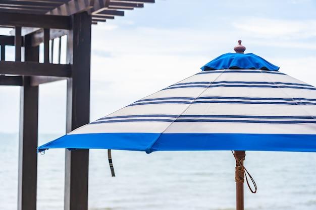 Parasol i krzesło wokoło plażowego morza z niebieskim niebem Darmowe Zdjęcia