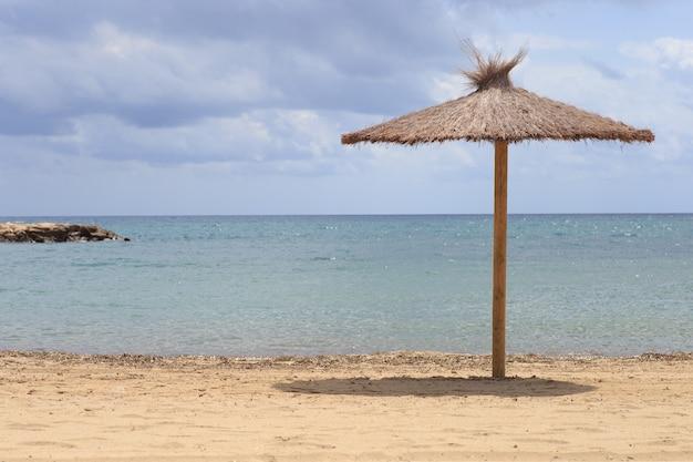 Parasol Plażowy Suszonych Liści W Pobliżu Morza. Koncepcja Wakacji Podróży. Premium Zdjęcia