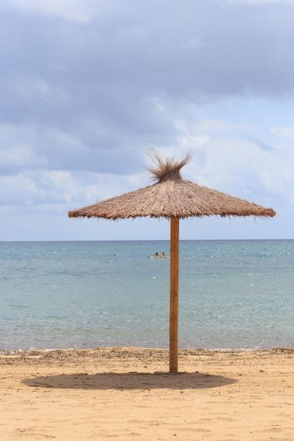 Parasol Plażowy Suszonych Liści W Pobliżu Morza. Premium Zdjęcia