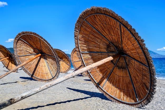 Parasole Pozostawione Na Plaży W Asprovalta W Grecji Darmowe Zdjęcia