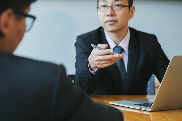 Partner Biznesowy Omawiający Pomysły Planu Marketingowego I Projektu Prezentacji Inwestycji Na Spotkaniu I Analizujący Dane Dokumentu. Koncepcja Finansowa I Inwestycyjna. Premium Zdjęcia