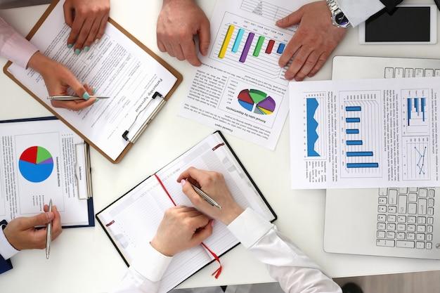 Partnerzy Biznesowi Pracujący Z Dokumentami W Biurze Premium Zdjęcia